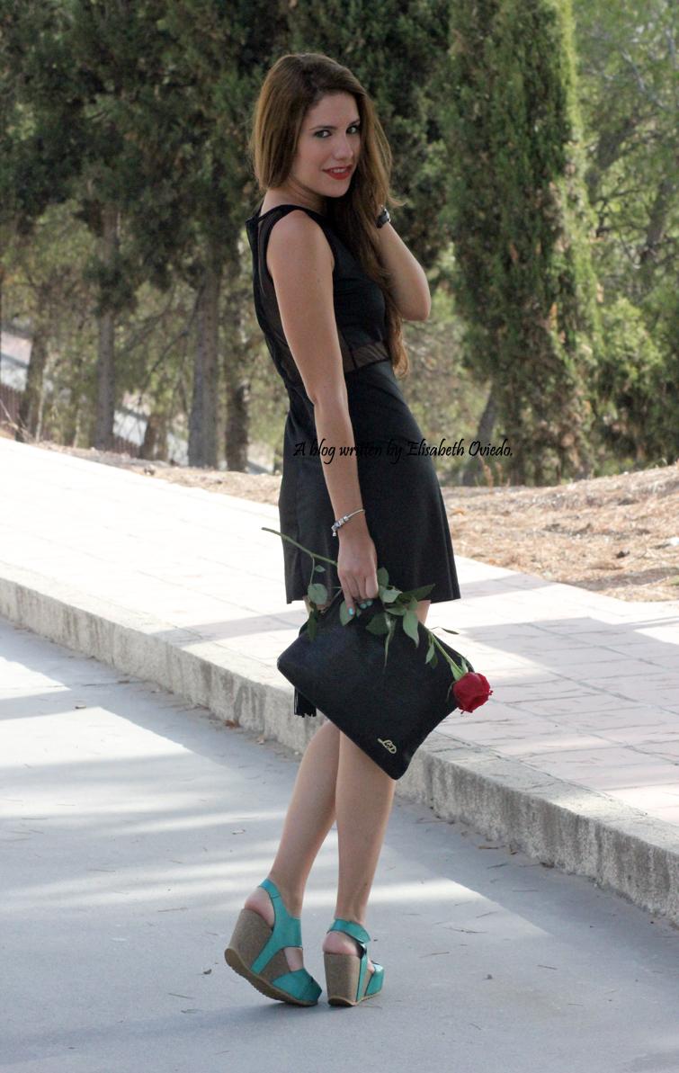 Vestido-negro-flexyandsexy-con-cuñas-azules-yokono-HEELSANDROSES-(5)