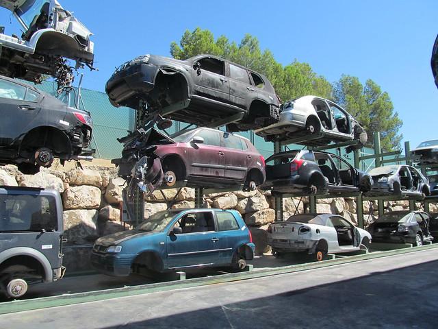 vehículos almacenados en el desguace esperando su reciclado