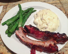 Spareribs with asparagus and mashed potatoes
