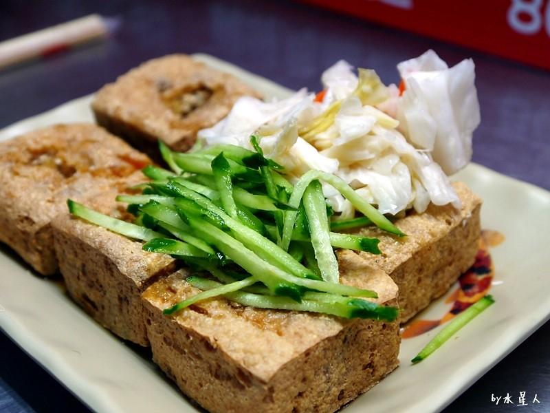 33212020283 9653f20b1d b - 台中西屯| 32脆皮臭豆腐,外皮酥脆裡香嫩的臭豆腐,搭配酸脆泡菜、小黃瓜