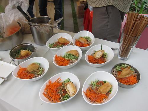 台北「呷米共食」食堂,不但提供餐點,也在現場備有餐具,減少使用一次性製品。自備餐具更有優惠價格。攝影:詹嘉紋。
