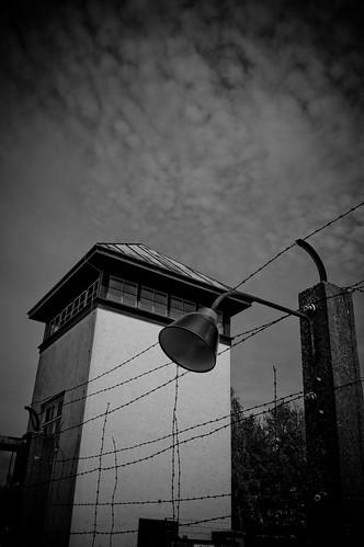 Wachturm mit Grenzzaun - KZ Dachau. Foto: Stephan Benz