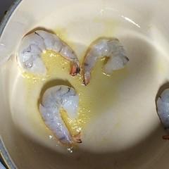 オリーブオイルを引いて海老を炒める