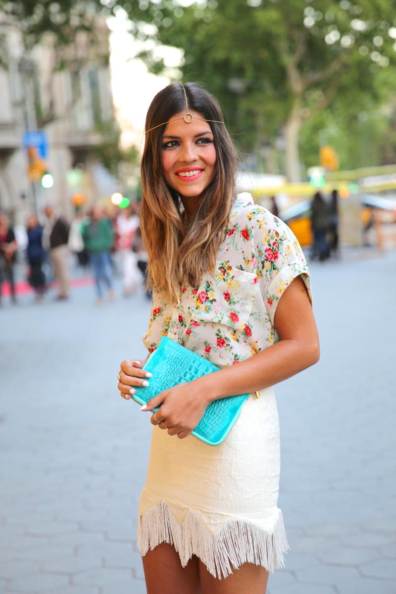 trendy_taste-look-outfit-hotel_majestic-street_style-ootd-blog-blogger-fashion_spain-moda_españa-falda_flecos-fringes_skirt-mas34-mango-blusa_flores-primaver_verano-zapatos_naranjas-tocado_dorado-6