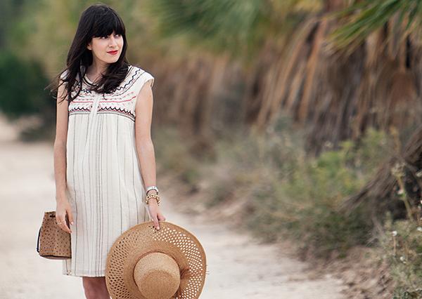furla bag, bucket bag, straw hat, תיק פורלה, כובע קש, שמלה רקומה, בלוג אופנה