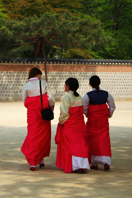 Young girls in traditional hanboks - Seoul