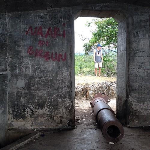 Raul, wisatawan asal spanyol sedang mengunjungi bunker di sabang. Raul senang tinggal di sabang, banyak morena katanya, wanita berkulit cokelat <3 #sabang #aceh #acehtrip #bunker #tourist #wisatawan
