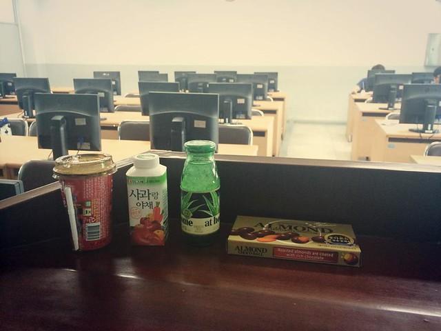 학생들이 건네준 음료수