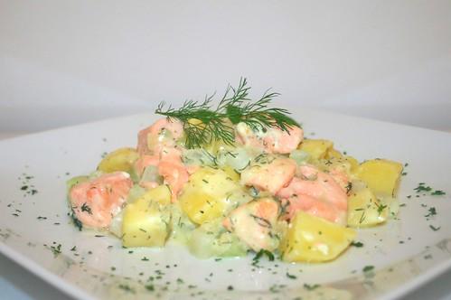 43 - Gratinierte Dillkartoffeln mit Lachs & Kohlrabi - Seitenansicht / Dill potatoes with salmon & kohlrabi au gratin - Side view