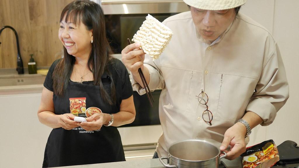 KF Seetoh gives a live demonstration on cooking Maggi Senses Laksa