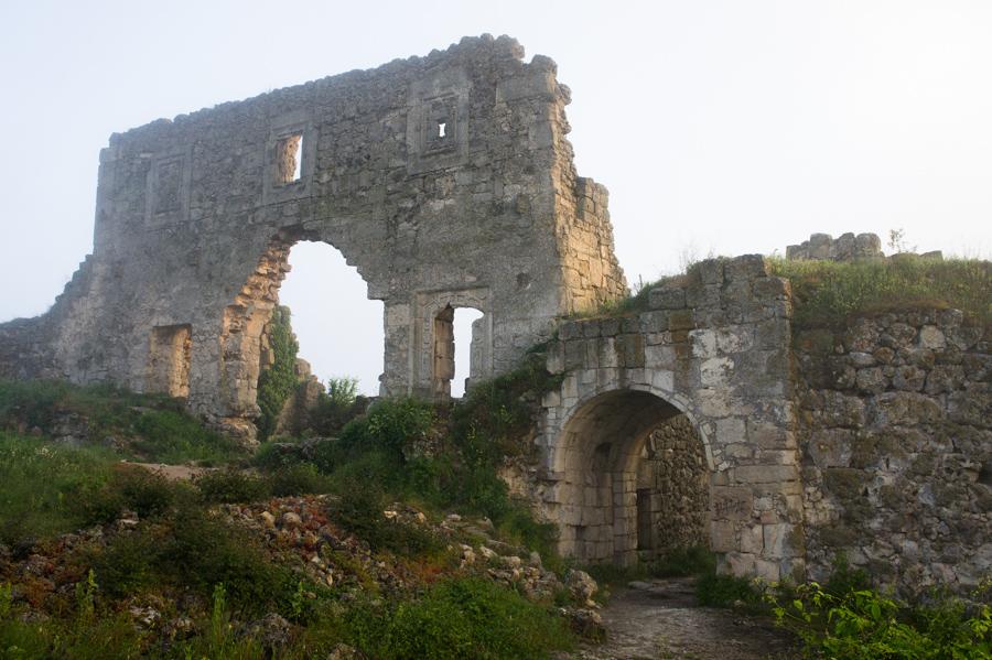 Развалины старой крепости на Мангуп Кале. © Kartzon Dream - авторские путешествия, авторские туры в Индию, тревел видео, фототуры
