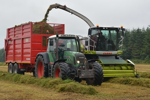 Claas Jaguar 860 SPFH filling a Smyth Trailers FieldMaster Trailer drawn by a Fendt 818 Vario Tractor