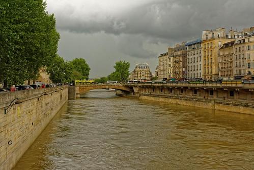 paris seine fleuve eau pont petitpont pontsaintmichel nuages arbres quai nikon d7100 24mmf18