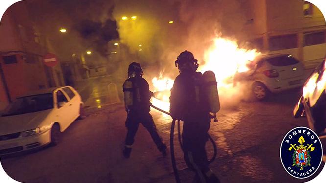 Anoche ardieron tres vehículos y siete contenedores