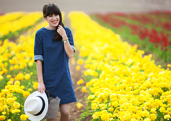 אפונה בלוג אופנה, שמלת ג'ינס, אאוטפיט, כובע, סל, פרחים, נוריות, קטיף נוריות, fashionpea, denim dress, hat, basket bag