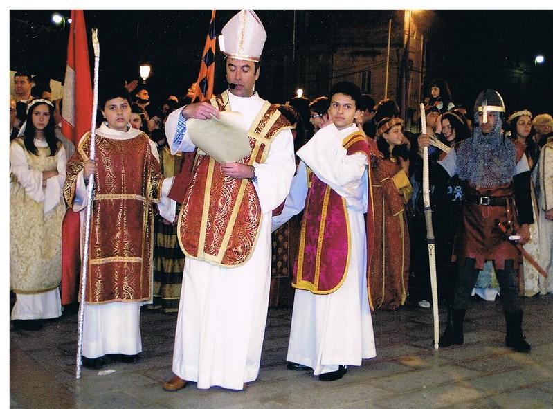 corteo 2008 Arciprete mitrato mentre legge la benedizione