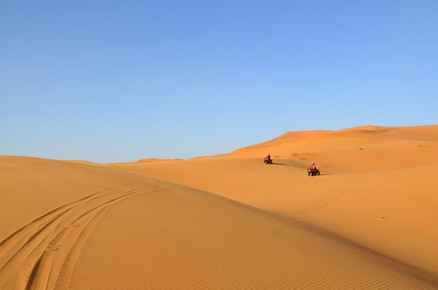 2 quads atravesando las dunas del desierto de Marruecos