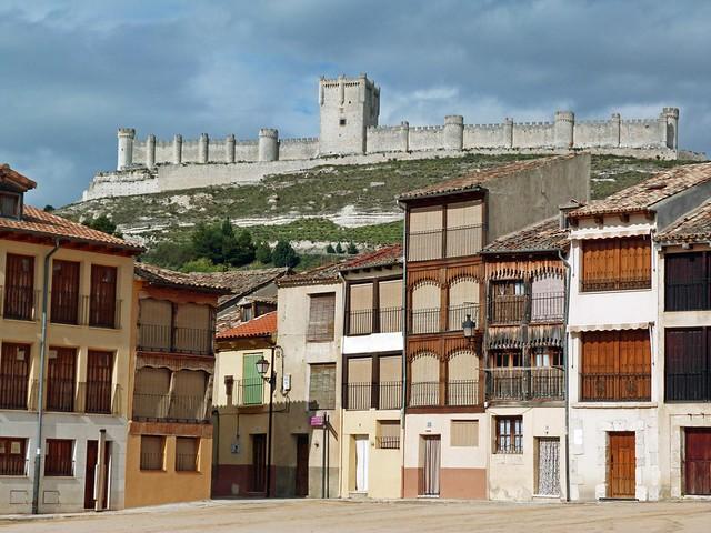 El castillo de Peñafiel visto desde la Plaza del Coso