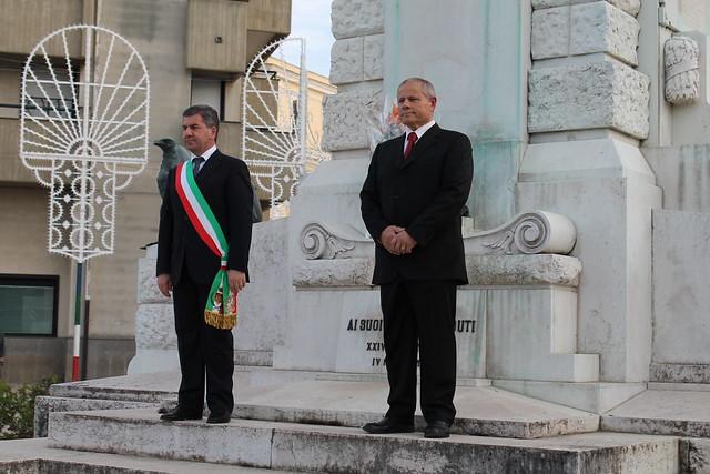 Il sindaco sull'altare ai caduti