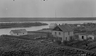 A view of the Hay River settlement from the Mission Boarding School, Northwest Territories, 1922 / Vue de Hay River a partir de la Mission, Territoires du -Nord-Ouest, 1922