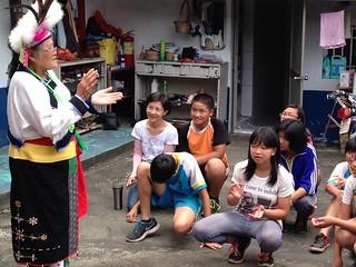 孩子們學唱古歌謠的情景。