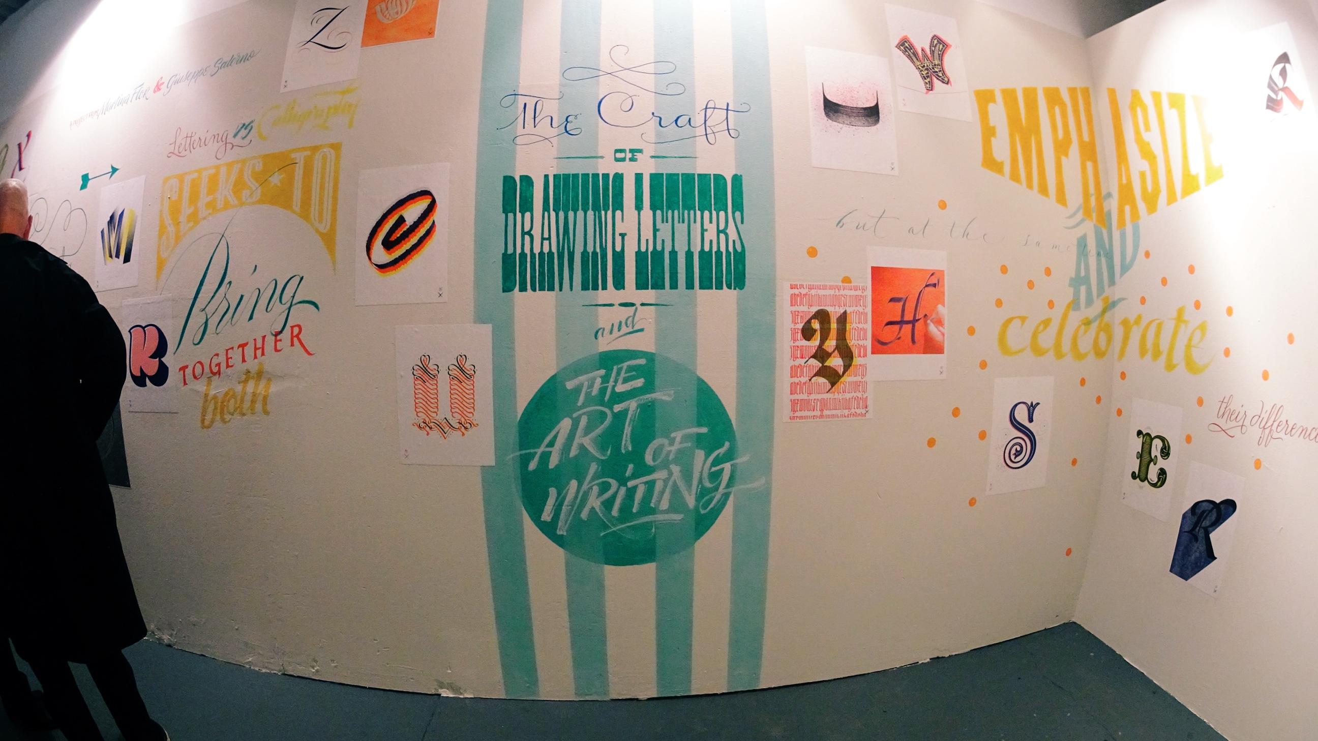 Com o lançamento do blog Lettering versus Calligraphy, a Martina Flor e o Giuseppe Salerno se tornaram famosos no mundo da tipografia. No blog, eles batalham tipograficamente e mostram todas as diferenças e semelhanças que existem entre as letras desenhadas e aquelas escritas artisticamente. Eu estive na abertura da exposição On the Wall - Lettering versus Calligraphy aqui em Berlin e tirei fotos de tudo que vi lá.