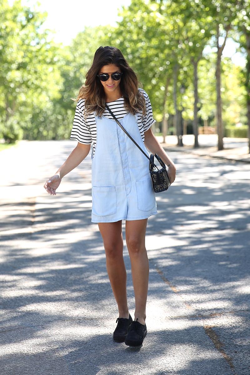 trendy_taste-look-outfit-street_style-ootd-blog-blogger-fashion_spain-vaquero_claro-peto_vaquero-tirantes-striped_tee-camiseta_rayas-marinero-dior_sunnies-gaimo-14