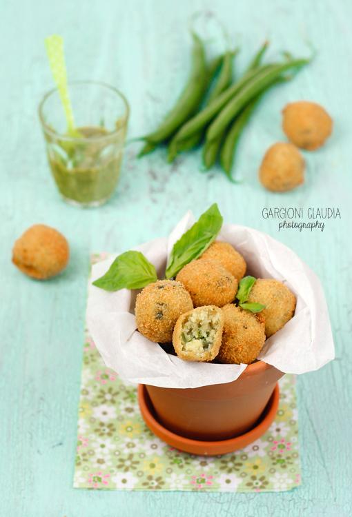 Polpette al pesto, fagioli, patate e pistacchi