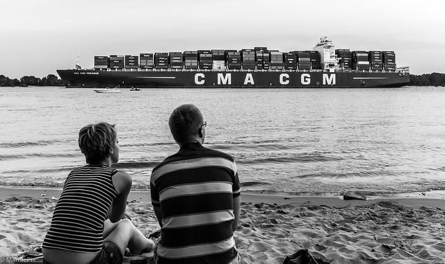 Ausblick mit Containerschiff
