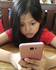 Sedang menunggu pesanan makanan datang, si #pink #zenfone3MaxId  dari #ASUSaja bisa juga buat nemenin maen game. Seharian nemenin berbagai aktifitasmu karena baterainya yg #gaadamatinya.