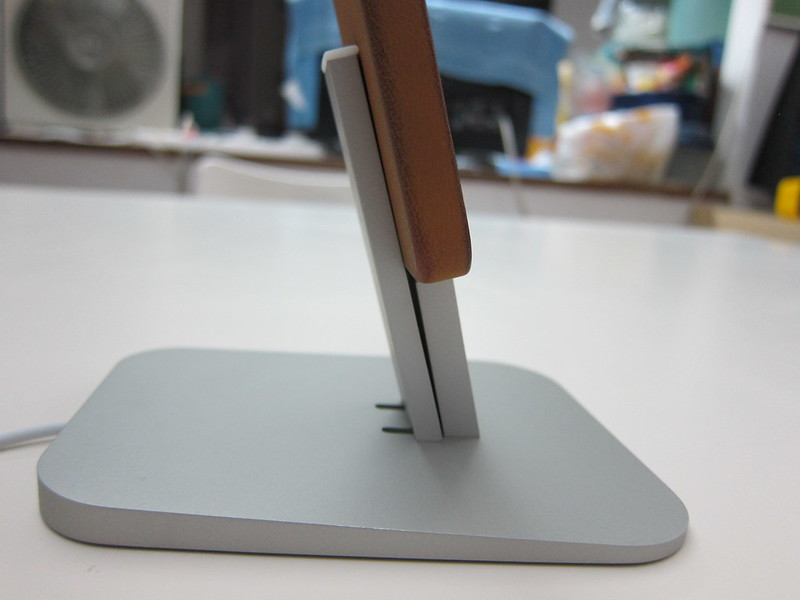 Twelve South HiRise for iPhone 5 & iPad Mini - With iPhone 5s (Side Closeup)