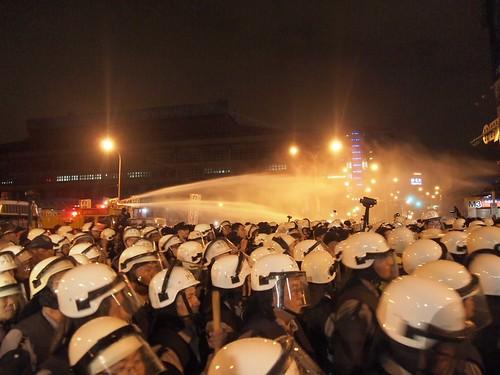 佔領忠孝西路 20140428凌晨遭驅離,江佩津攝。