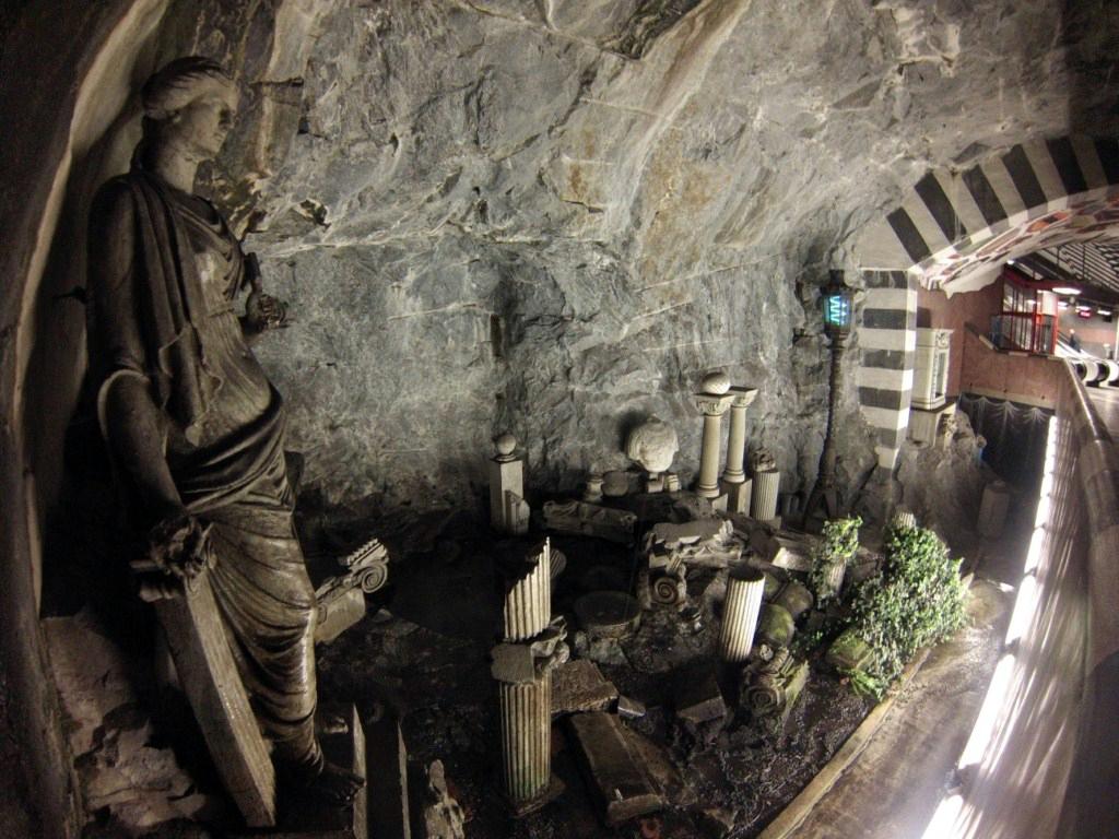 Interior de los túneles del metro de estocolmo metro de estocolmo - 14036136450 7ea241eee6 o - Arte en el metro de Estocolmo