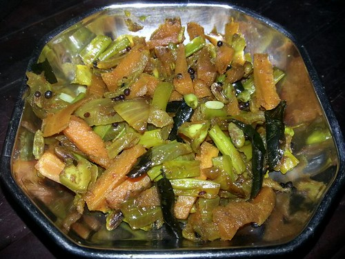 Carrot and Achinga Payar  (Pacha Payar) Mezhukkupuratti / Carrot and Long Beans Stir Fry