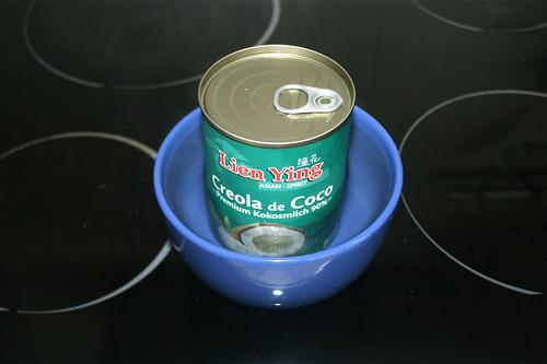 21 - Kokosmilch-Dose in warmes Wasser stellen / Put coconut can in hot water