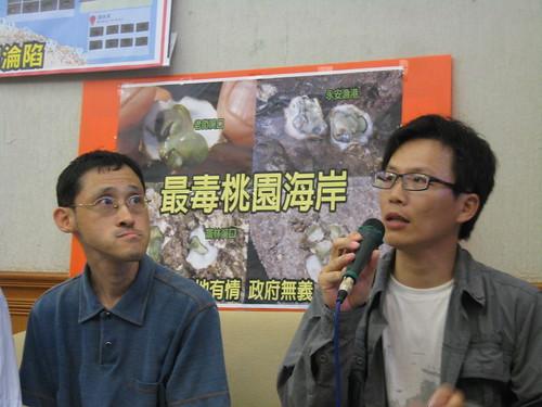 黃俊男說明西海岸的綠石蚵,洪郁婷攝影