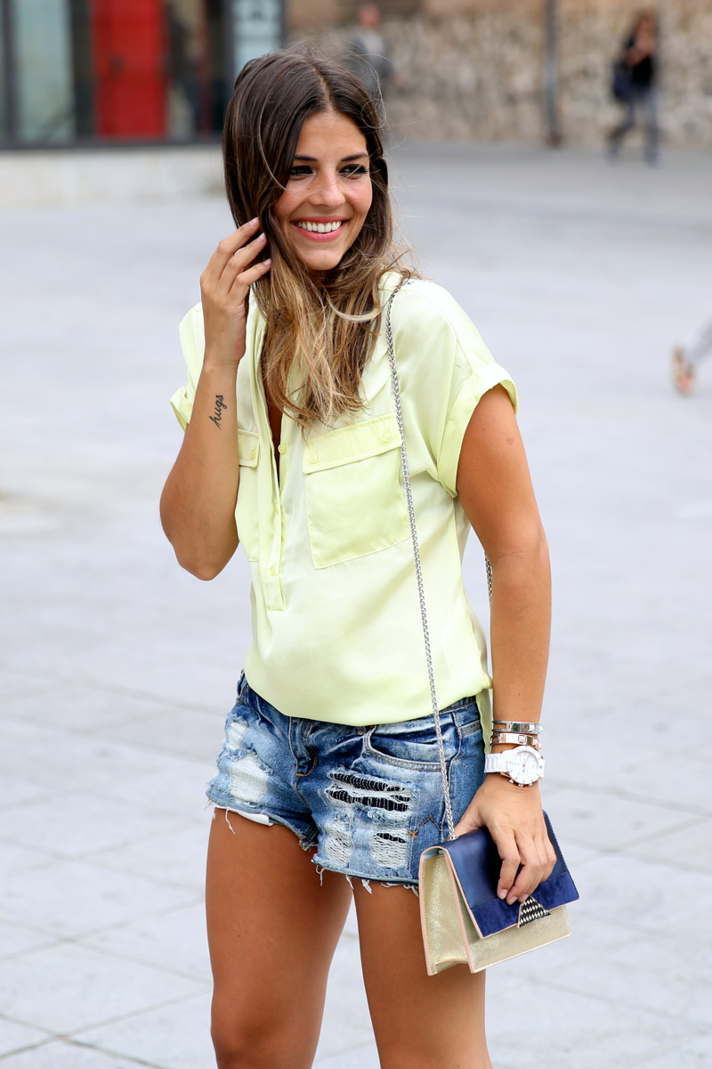 trendy_taste-look-outfit-street_style-ootd-blog-blogger-fashion_spain-moda_españa-yellow_blouse-camisa_amarilla-denim_shorts-shorts_vaqueros-sandalias_romanas-gladiators-mas34-folli_follie-8