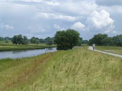 Radeln auf dem Deich an der Elbe
