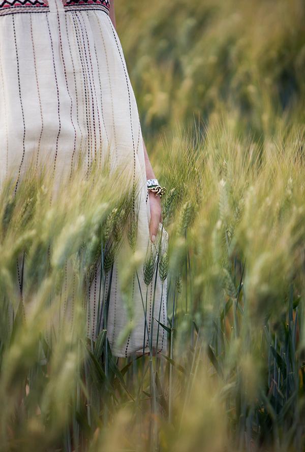 outfit detail in a barley field, israel fashion, embroidered dress, בלוג אופנה, אאוטפיט בשדה חיטה, שמלה רקומה