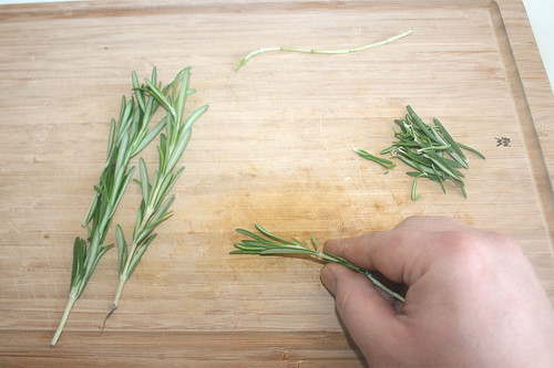 21 - Rosmarin-Nadeln abzupfen / Pick rosemary needles