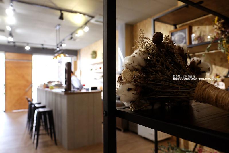 33573505355 0339bf6ea4 c - Frini Cafe-乾燥花咖啡館結合簡約工業風.早上就吃的到鬆餅甜點喝的到咖啡.近澄清醫院.中港新城公車站旁.中科商圈