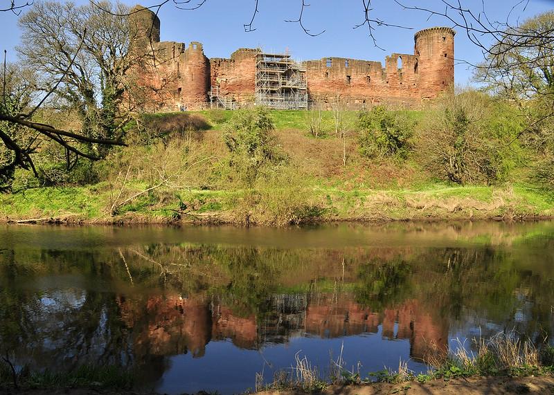 castillo a orillas del río