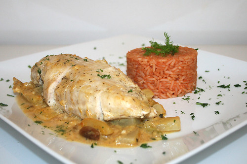 57 - Hähnchenbrust auf Orangen-Fenchelgemüse mit Tomatenreis - Seitenansicht / Chicken breast on orange fennel veg with tomato rice - Side view