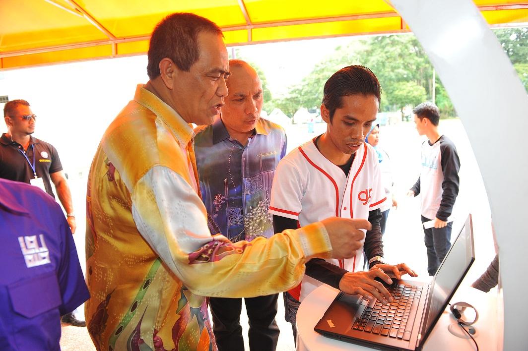 Setiausaha Kerajaan Negeri Perak, YB Dato' Seri Abdul Punat bin Mat Nayan dan Pengarah Majlis Sukan Negeri Perak, Tuan Haji Musa bin Dun