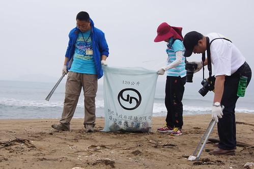 千里之行始於足下,中國NGO到台灣淨灘。