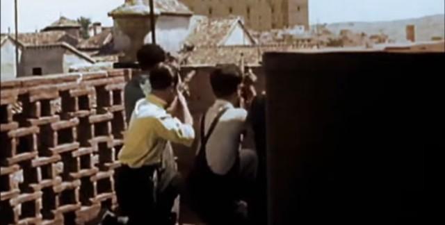 Milicianos disparando al Alcázar desde una azotea. Captura de un vídeo real a color de la Guerra Civil en Toledo en el verano de 1936