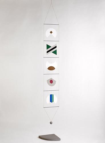06--B.Munari,-Macchina-inutile,-1934-83,-compensato--betulla-verniciato--serigrafato,-corda-sasso,-espl-89su99,-cm-31x253.-Courtesy-Fond.-VodozDanese.-Foto-R.Marossi