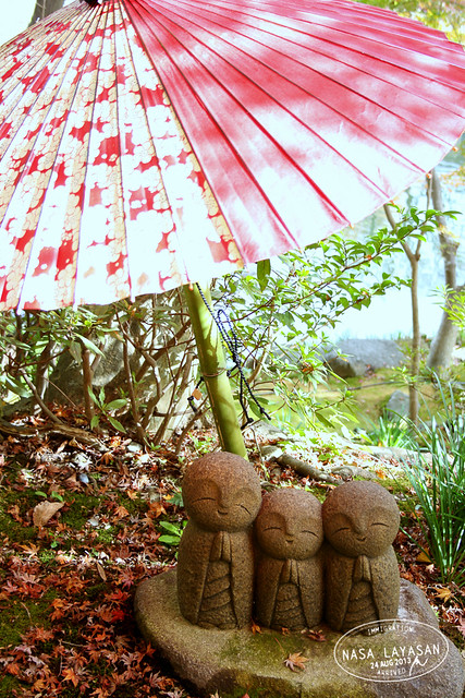 Three Jizo and an umbrella