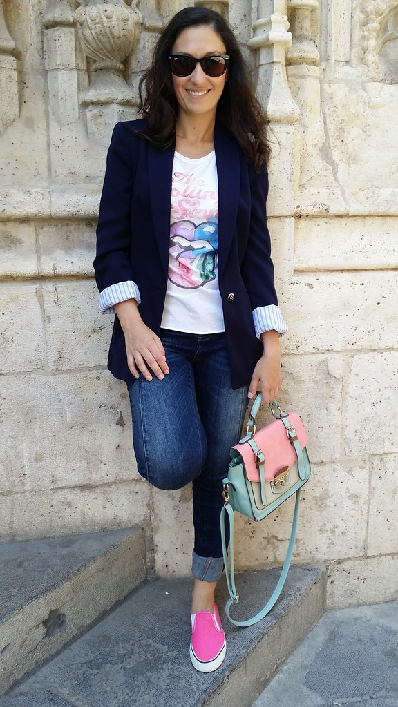 Valencia, camiseta Rolling Stones, malva, rosa, vaqueros, sneakers fucsia, blazer azul marino, Rolling Stones shirt, mauve, pink, jeans, pink sneakers, navy blazer, Zara, Massimo Dutti, Suiteblanco, Ray – Ban