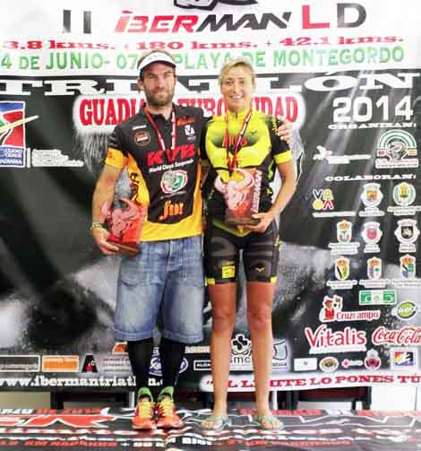 El luso Rafael Gomes y María Jesús Sierra posan juntos en el podio tras ganar la Iberman el pasado 16 de junio. Foto publicada por el diario